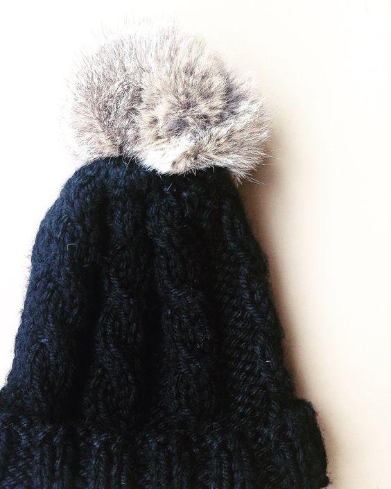 Hat decorated with rabbit pompon. Perfect to keep you warm!!❄️❄️❄️ Designed and knitted by I Love Tricoté ❤️  Gorro de punto decorado con pompón de piel de conejo. Perfecto para mantenerte abrigadito!!❄️❄️❄️  Diseñado y tejido por I Love Tricoté ❤️  #knits