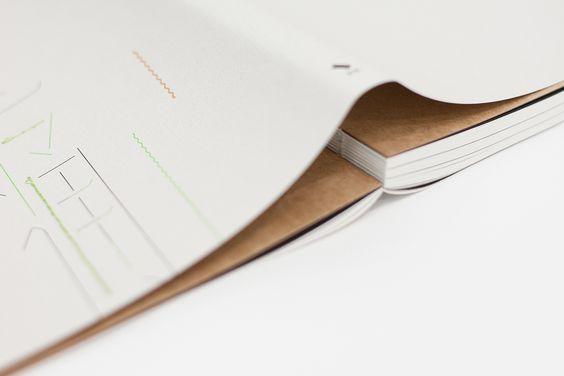 採用軟書皮,裸背穿線裝幀。拿在手上易於翻閱,也適合放在桌上攤平著慢讀。