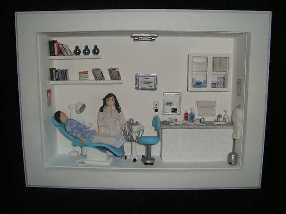 Quadro vitrine miniatura consultório dentário. Com paciente e dentista.