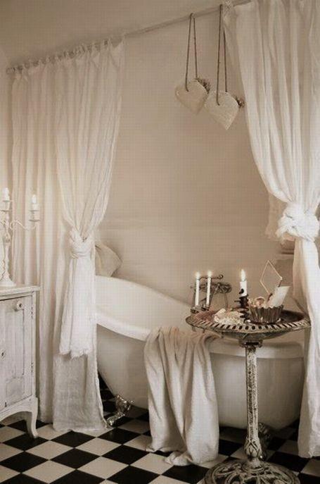 Verträumt, romantisch. Halbtransparente, leichte Vorhänge vor der Badewanne. Und natürlich Kerzen.