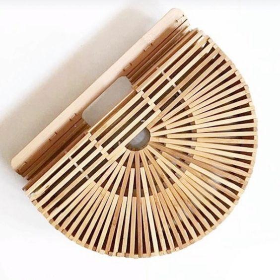 Soyez tendance cet été avec ce sac en bambou en forme de demi arc, star d'Instagram et approuvé par toutes les it girls de la planète. Emmenez le partout a
