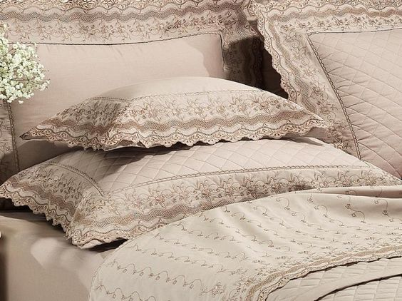 Kit: 1 Cobre-leito Casal + 2 porta-travesseiros Percal 200 fios com Bordado Inglês - Gracy Noz Moscada - Dui Design | Vida e Cor