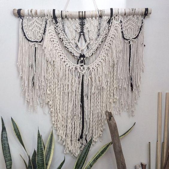 Blanc et noir macramé Wall Hanging Monochrome Macrame, Boho Decor, Upcycled Sari de soie - Free shipping USA