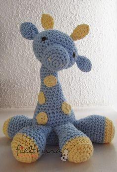 Buenas!Aquí os dejo un regalito: el patrón para hacer la jirafa amigurumi.Veréis muchos modelos en internet muy monos la mayoría pero a mi me encantó el del siguiente enlace: theartisansnook.A partir de ahi he intentado sacar el patrón a mi manera, no me ha quedado igual pero el resultado también me gusta mucho. La jirafa azul es un poco diferente porque la fui haciendo sobre la marcha, para la ro ...
