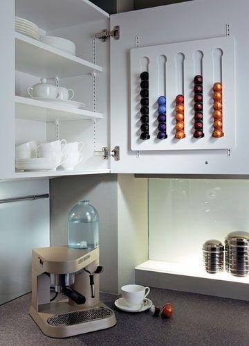 Rangement cuisine les 40 meubles de cuisine pleins d 39 astuces awesome - Rangement capsules nespresso ...