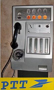 Au dessus du combiné clignotait un signal indiquant la fin imminente de l'appel. Les pièces s'accumulaient pour poursuivre la conversation!