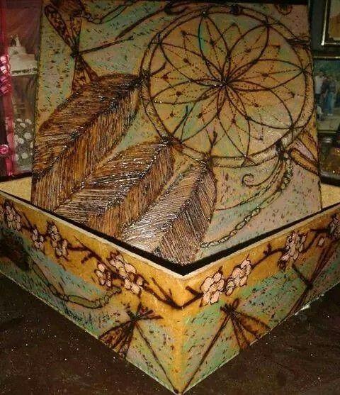 Filtro dos sonhos pirografado e pintado com lápis de cor Fabercasttell em caixinha de MDF de 15x15