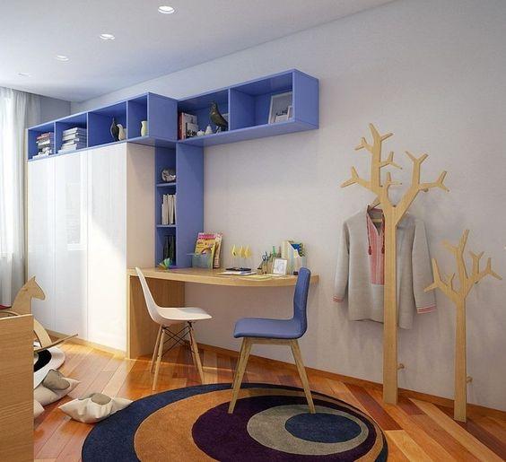 chambre ado moderne avec murs blancs, mobilier en bois et accents lavande