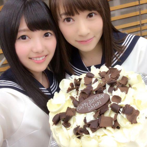 ケーキを持った佐藤詩織