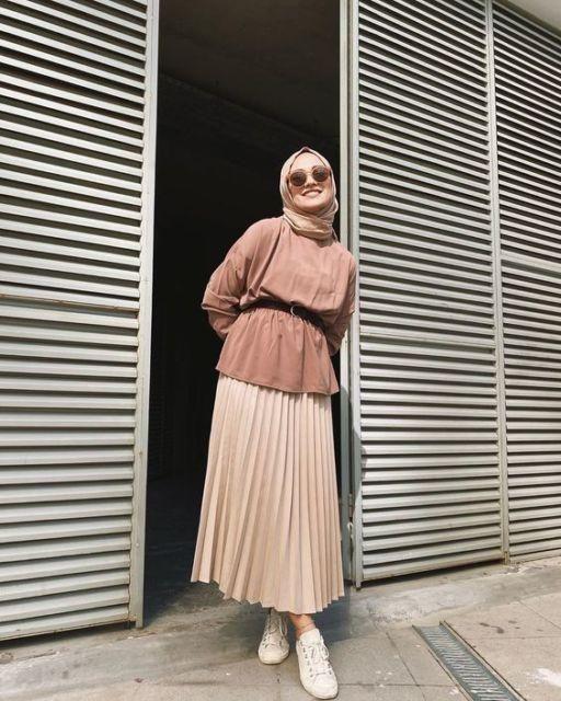 8 Cara Bikin Rok Plisketmu Jadi Naik Kelas Murah Nggak Butuh Banyak Waktu Casual Hijab Outfit Model Pakaian Hijab Mode Abaya