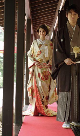八芳園:「白鳳館」では、濡れ縁からふたりが入場する風雅な演出も。和の婚儀らしい入場に、ゲストも喜ぶ