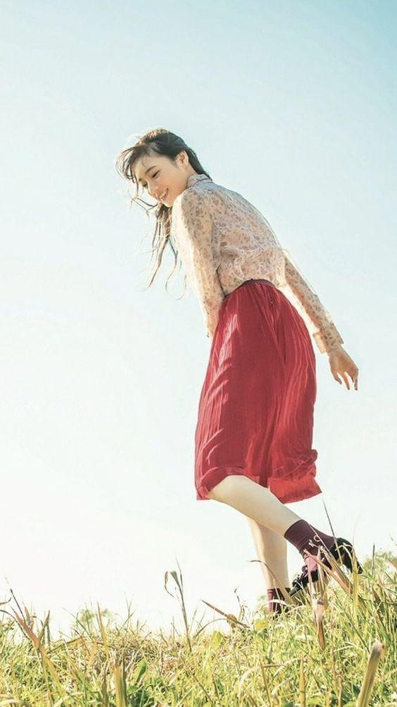 レースのブラウスに赤いスカートをはいた梅澤美波の画像