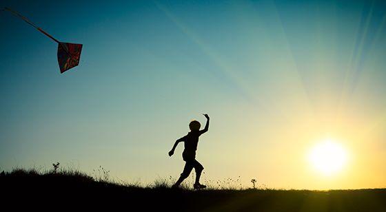 actividades para niños como hacer una cometa casera estimulan las habilidades manuales.