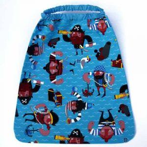 Serviette de table Les pirates avec attache élastique autour du cou. L'enfant la met et la retire seul à la cantine et à la maison. Lavable, 100% coton. Serviette astucieuse et confortable pour petits et grands qui ne veulent plus de bavoir. Création Lilooka.  http://www.lilooka.com/fr/accessoires-enfants-table-serviettes/383-serviette-de-table-elastiquee-les-pirates-lilooka.html
