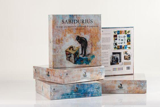 Sabidurius es un juego de mesa basado en las palabras, las definiciones, la imaginación y la escritura, pero a diferencia de otros juegos dónde los conocimientos son determinantes, en Sabidurius no importa ni la edad ni el nivel cultural.
