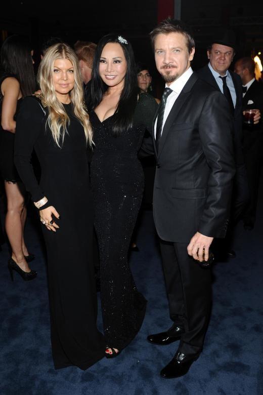 Passend zur LACMA Art Film Gala by Gucci 2013 trägt Eva Chow auf diesem Bild ein Gucci-Kleid. Neben ihr stehen Sängerin Fergie und der Schauspieler David Jeremy Renner.