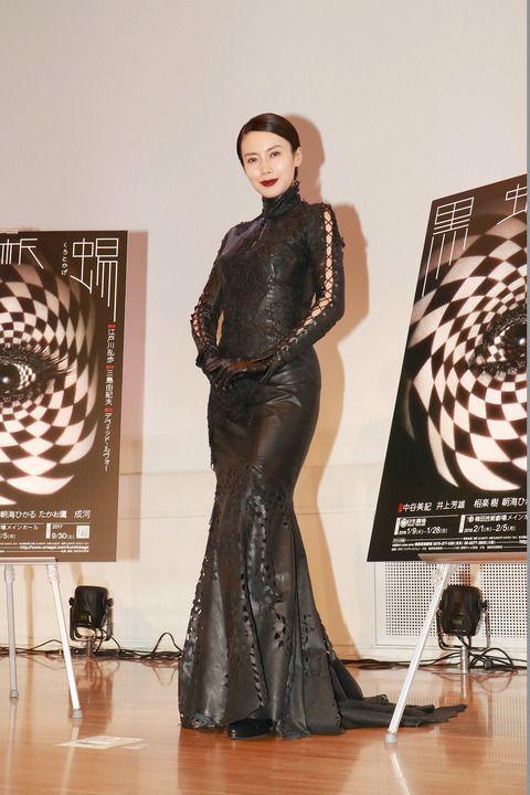 中谷美紀真っ赤なグロスと真っ黒なドレスが美しい画像