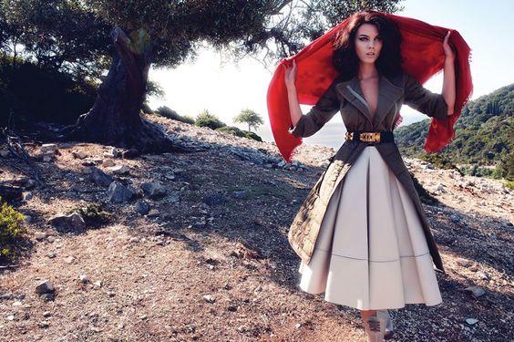 Filmada en locaciones de la isla griega de Ítaca , fotógrafo Phil Poynter capturado modelo Maryna Linchuk de septiembre de 2010 de la revista Vogue Alemania , diseñado por Charlotte Stockdale.