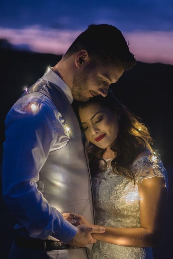 Alô, Brasil! | Joyce Kitamura e Victor vão casar! Foto de noivo e noiva com luzinhas ao por do sol. fotografia por Marina Maeda na Fazenda Paraizo. #noivos #joycekitamura #noivo #marinamaeda