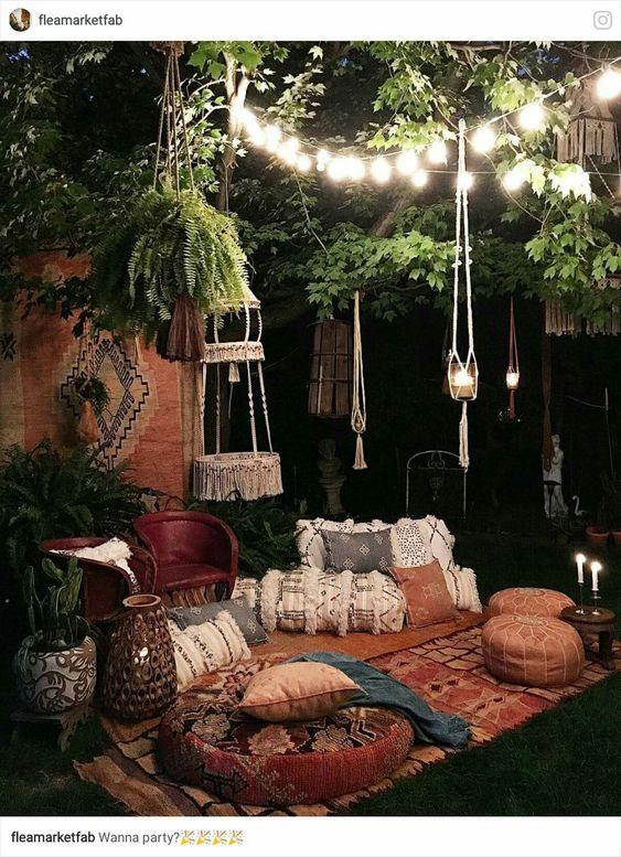 Espaзo boho e um jardim а noite.: