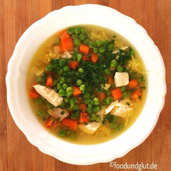 Omas Hühnersuppe gegen Erkältung mit Bio-Huhn und Gemüseeinlage