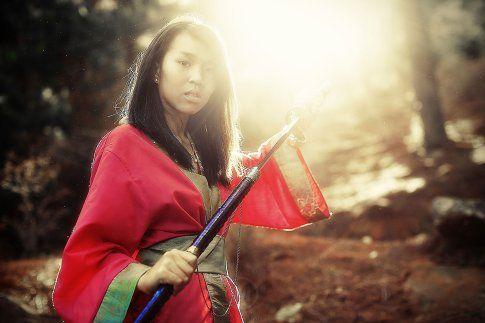 """Misa équipée de sabres japonnais. Bien que le """"Katana"""" fut créé pour une utilisation guerrière, il est actuellement reconnu comme une œuvre d'art à part entière. Leur technique de fabrication, unique aux forgerons japonais, confère aux lames un équilibre certain entre leurs propriétés de souplesse et leur capacité de coupe."""