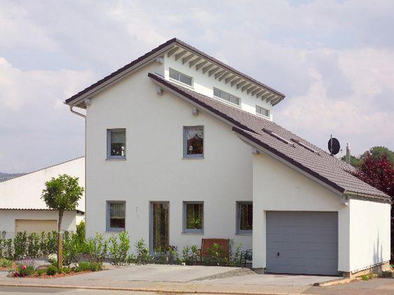 das weit herausragende vordach eines schleppdaches bietet. Black Bedroom Furniture Sets. Home Design Ideas