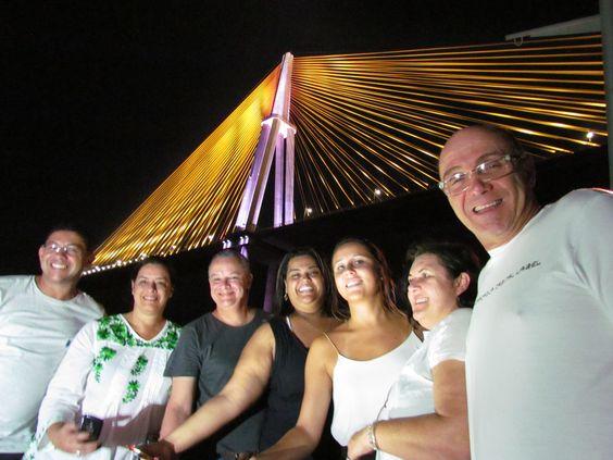 Os agentes de viagem, convidados pela Interpool e pelo Iberostar, durante navegação sob a Ponte Rio Negro