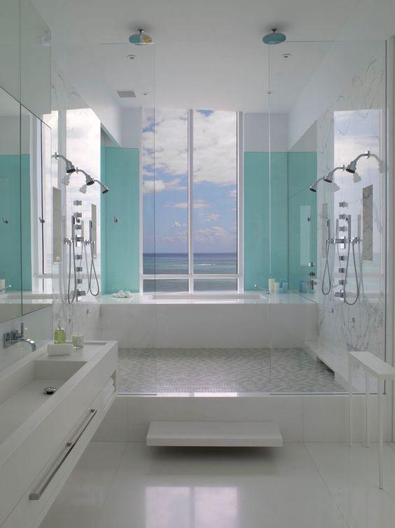 13 Exemplos Inspirado de azul e branco Banheiros // Dois painéis de luz azul…