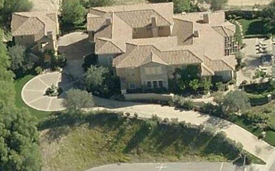15 casas luxuosas dos famosos  Depois de vender sua casa para Iggy Azalea, Selena Gomez se mudou para uma mansão de US$3 milhões equipada com cinco quartos. A cantora se mudou para Calabasas, Califórnia, na mesma época em que seu ex-namorado Justin Bieber saiu de lá.