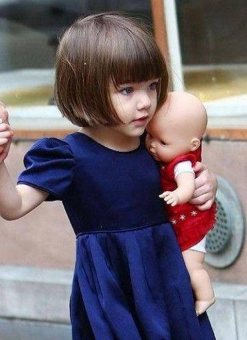 お人形を抱くスリ・クルーズ