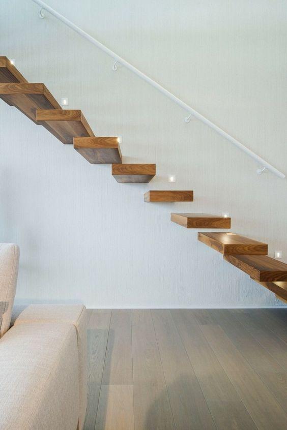 escalier suspendu en bois massif, main courante blanc neige et sol en ...