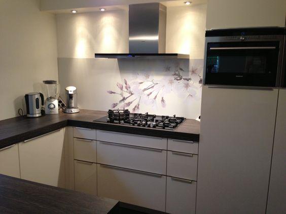 Visuall met licht roze accenten in hoogglans magnolia keuken ...