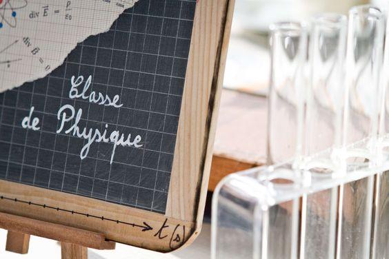 Décoration Mariage sur le thème de l'école Wedding decoration on the theme of school Ardoise nom de la table : Classe de Physique
