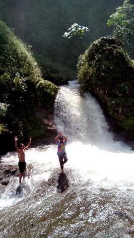 Curug Bajing, Salah satu keindahan alam kabupaten Pekalongan yang tersembunyi, dan masi belum rame pengunjung.  Menuju tempat ini kita bakal disuguhin keindahan alam lainnya, bukit, sawah, sungai, curug-curug kecil disamping tebing jalan. Pokoknya awesome lah. Oy lupa kalo beruntung di perjalanan kita bakal ketemu sama owa jawa, spesies dr monyet yg hidup di hutan jolotigo. Cc: @travelerdadakan Indonesia hhmmm banget. #curugbajing #pekalongan #explorepekalongan #explorejawa #indonesiahhmmm…