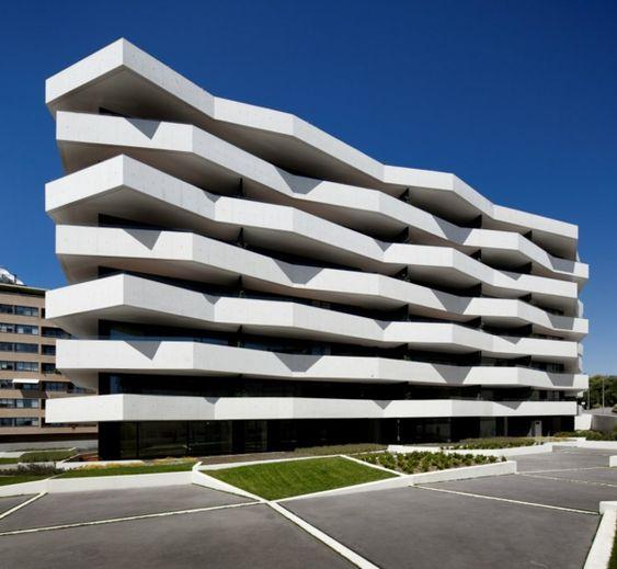 modernes Apartment Gebäude vorne