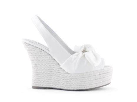 Zapatos de novia en color blanco para boda 2013 , Foto Rosa Clará