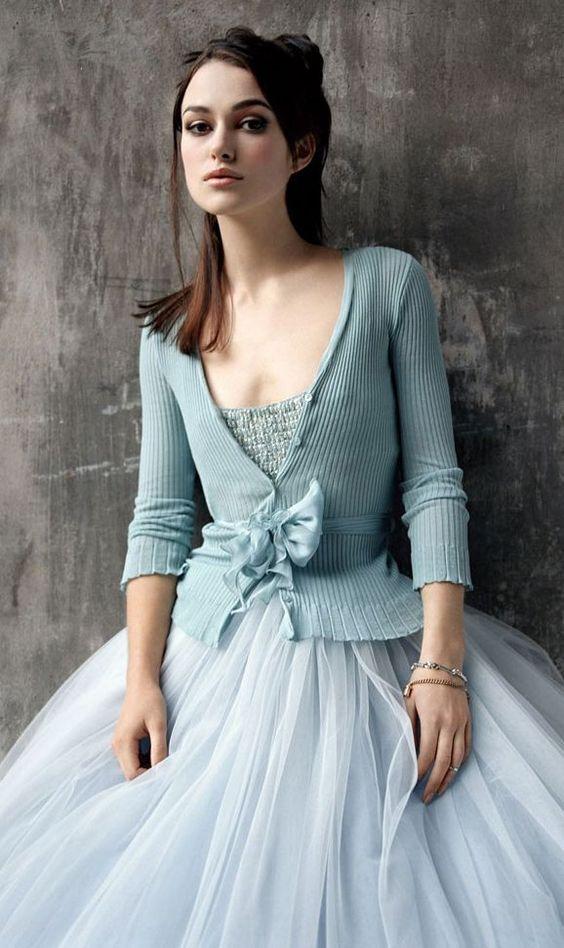 Hier erfahrt ihr, wie ihr den Look eurer Lieblingsprinzessin in euren erwachsenen Modestil einbringt ohne euch zu verkleiden! Die Outfitideen sind unheimlich inspirerend! Kiera Knightley verkörpert hier den Cinderella-Look! Blauer Tüll mit Cardigan /  Tulle in Blue / Disney Princess Grown Up / Fairytale Princess Modern / Moderne Prinzessin / Prinzessinenmode / Princess Fashion / Disney inspired fashion / Fairytale inspired Fashion #moviefashion #fairytalefashion #tvshowfashion #filmoutfits #movi