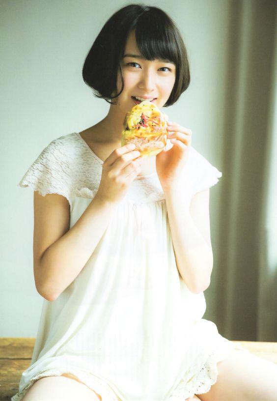 パンを食べる鈴木絢音