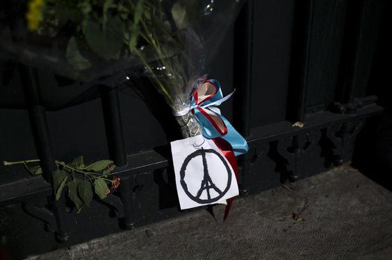 #NousSommesUnis - die #memo_AG bekundet den Angehörigen der Opfer in #Paris und allen Franzosen ihre Solidarität. (Foto Spiegel online | AFP) Mehr: http://on.fb.me/1NzpH03 | #memo_AG wants to express #solidarity with the families of the #Paris #terrorist attacks (pic: AFP) - more: http://on.fb.me/1NzpH03
