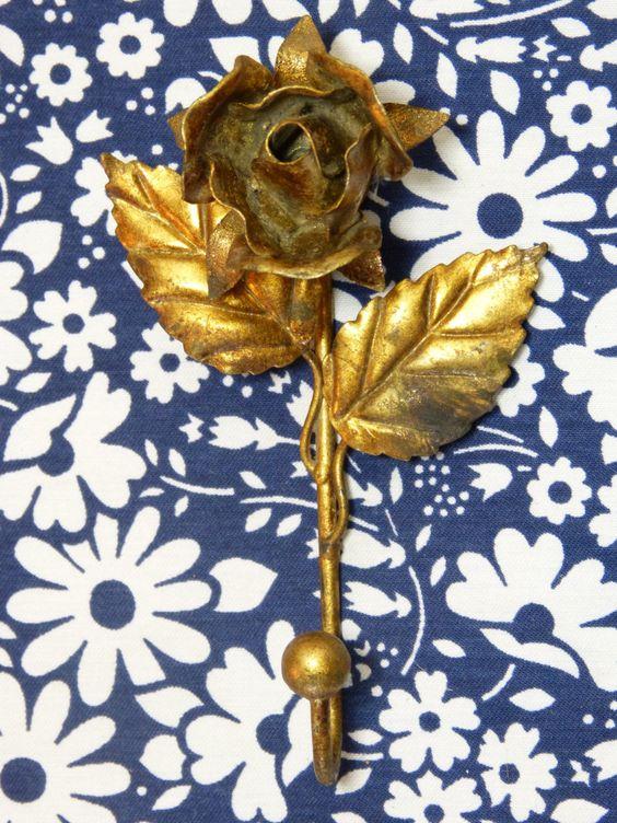 Gold tone metal rose flower shaped hook - shabby mid century wall hanging decor - French 50s vintage /  Crochet patère métal doré forme fleur rose Italie shabby - vintage années 50