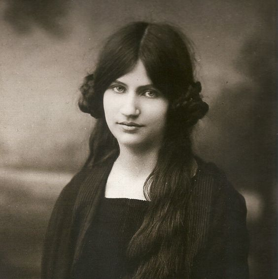 ✿ Jeanne Hébuterne (1898-1920) - Artist & Amedeo Modigliani's Muse. Circa 1918-1919.: