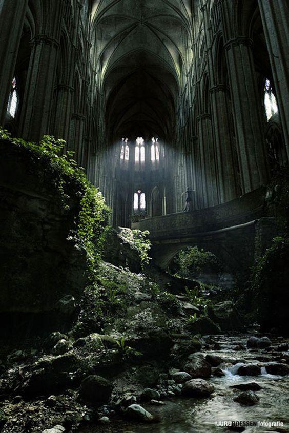 Um local famoso na França, St Etienne igreja abandonada. Eu sei que esta igreja é real, mas esta imagem parece insano. E há um pouco de pessoa dançando lá em cima, não sei se eu acredito! Mas é uma imagem impressionante!