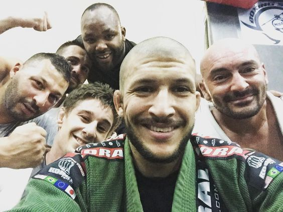 "Un bon groupe ce matin. Bonne session de kimono. 45"" de drill et 4 rounds de 10"" avec 2"" de repos. #cotedazur #nissa #frenchathlete #cardioroutine #cardio #drill #jjb #bjj #jujitsu #todobem #faixabranca #faixaazul #faixaroxa #rounds #koral #valeu #boxingsquad #coachsaief by coach_saief at http://ift.tt/1QIKF1Q"
