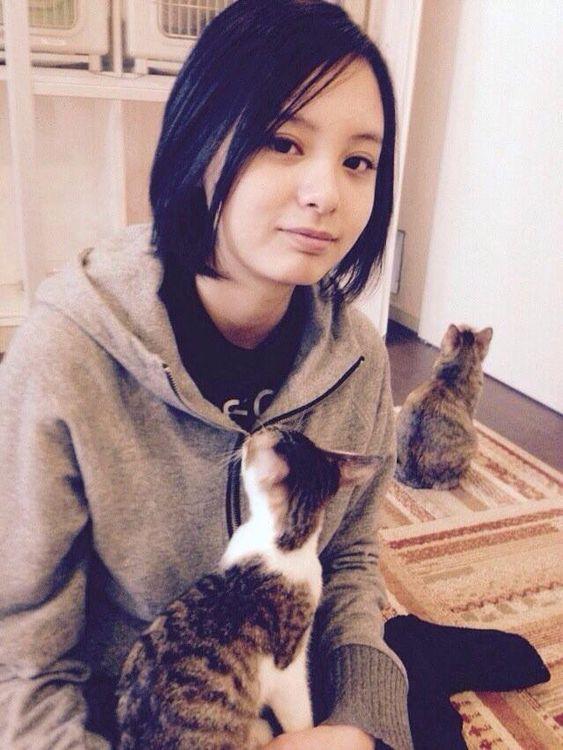 猫を膝にのせている渡邊璃生の画像