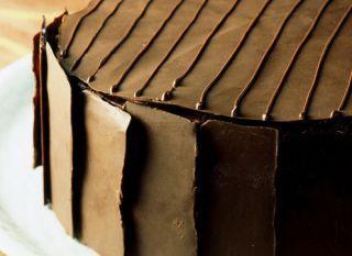 """Anote a <a href=""""http://mdemulher.abril.com.br/culinaria/receitas/receita-de-bolo-musse-544787.shtml"""" target=""""_blank"""">receita deste bolo-musse de chocolate</a>. O resultado é de dar água na boca"""