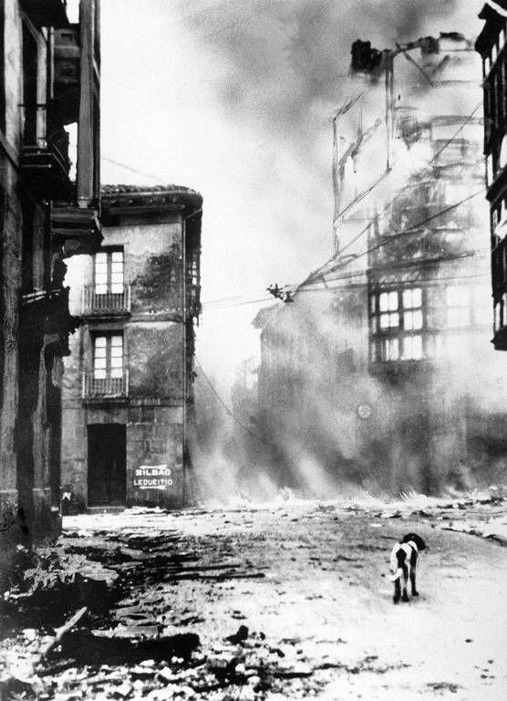 """Guernica bombardée. ANONYME © Keystone / Eyedea - """"reproduction et exploitation interdites sans accord préalablement écrit de l'agence"""""""