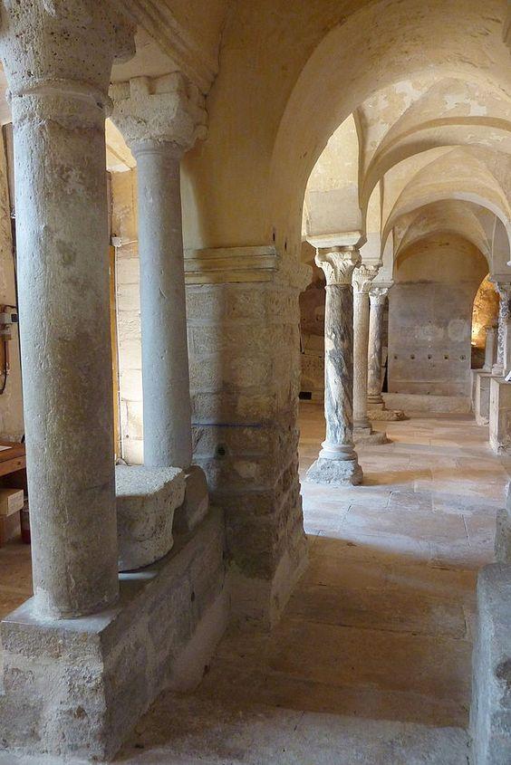 Crypte Saint Paul, Abbaye N-D de Jouarre - NOTRE-DAME DE JOUARRE1) début de la construction: 7°s (architecture préromane) Seine et Marne. Au 7°s vivent à Ussy sur Marne, les familles du noble AUTHAIRE et de son épouse AIGA, c'est à dire les 3 fils DADON, RADON et ADON. Adon ayant obtenu le domaine de Jouarre, il y fonde vers 630-635, dans la mouvance de st Colomban de Luxeuil, l'abbaye Notre-Dame de Jouarre qui est à l'époque un monastère double qui rassemble un couvent d'hommes et un de…