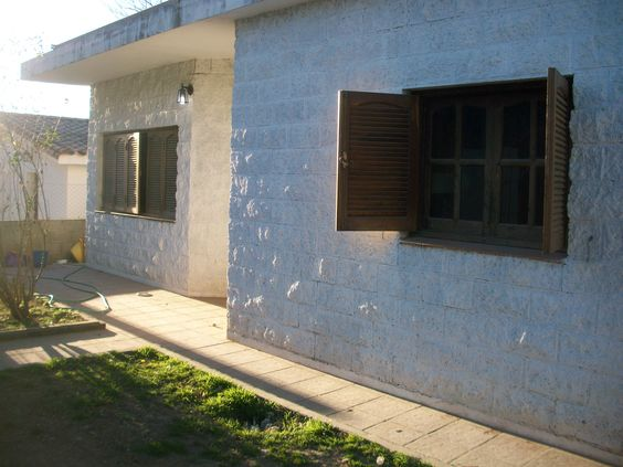 Casa ubicada en Sol y Rio al lado de la montaña salida rápida a AV. Carcano y a 5 cuadras del río. Cuenta con 3 dormitorios amplios con placard, living con hogar, cocina comedor, 2 baños 1 en suite + Pileta, asador, cochera. 120mts cubiertos y 450mts de lote. Muy buena ubicación para vivir o alquiler temporario. Acepta propiedad en parte de pago por menor valor en Villa Carlos Paz.