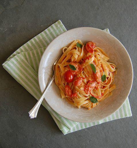 Macarrão com molho de tomate cereja